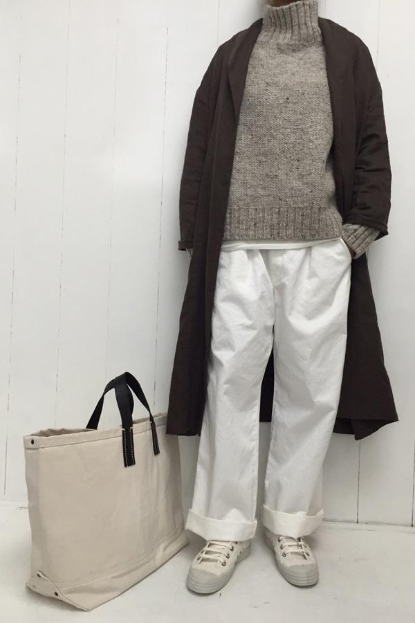 ハイネックプルオーバーニット × ホワイトパンツ style
