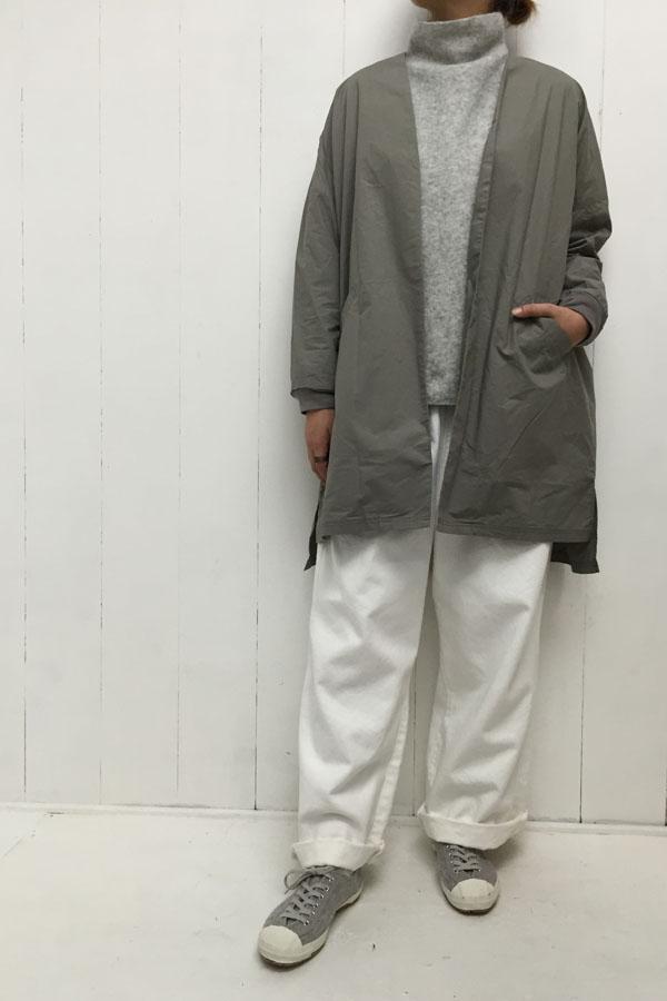 リブドッキング ノーカラーコート × ホワイトパンツ style