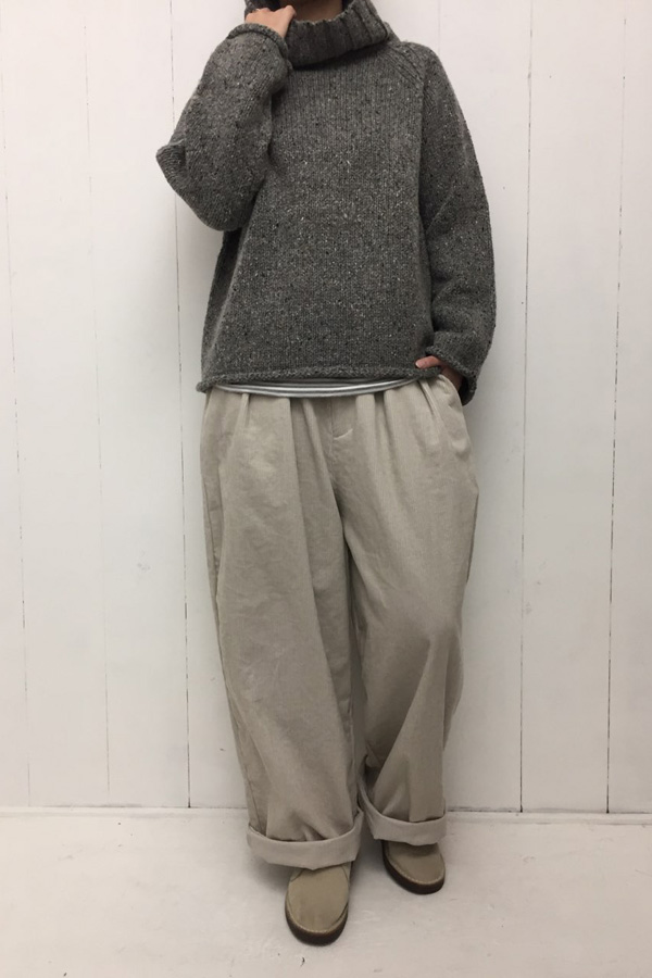 コーデュロイ ゆるタックパンツ × タートルニット style