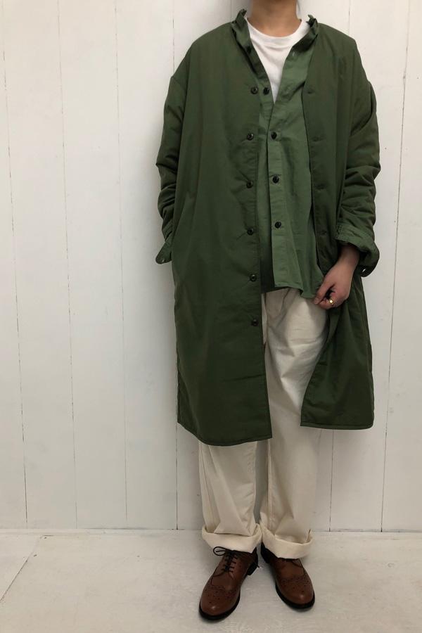 ボンディング ノーカラーコート × スタンドカラー Aラインシャツ style