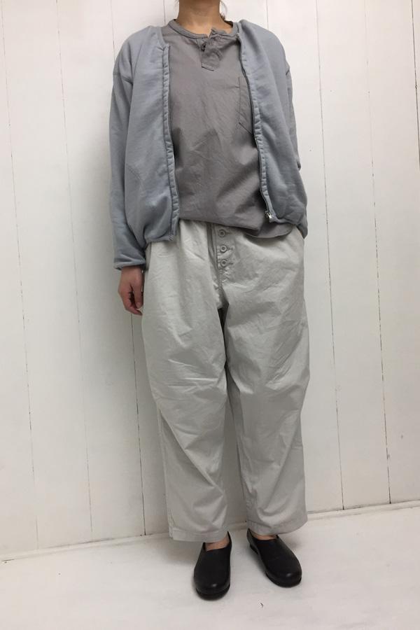 フロントボタンパンツ × ヘンリーネックシャツ style