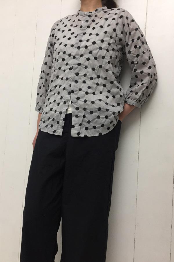 水玉塩縮プリント スタンドカラー比翼シャツ × 平ダンプ ワイドパンツ style