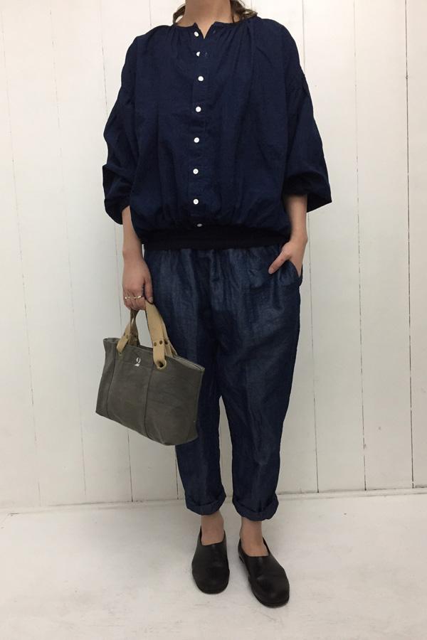 パフカーデ × ワンタックテーパードパンツ style
