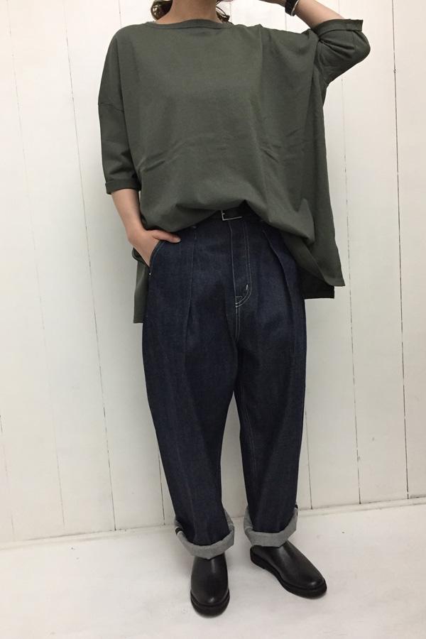 RELAX TEE × デニム ワイドタックパンツ style