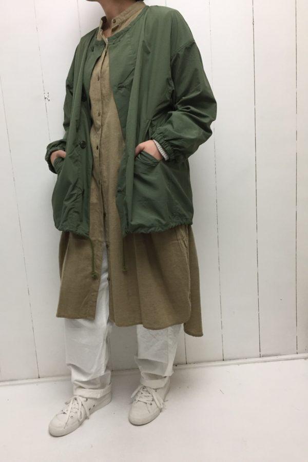 ノーカラー ミリタリーショートコート × イージーパンツ style