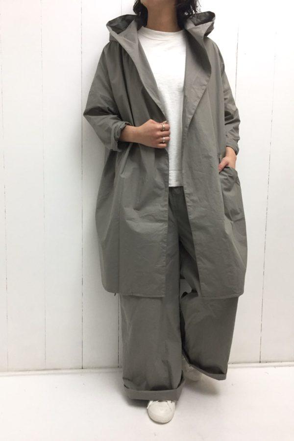 フードカラーコート × ワイドタックパンツ set up style