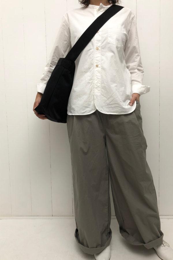 ブロード バンドカラーシャツ × ワイドタックパンツ style