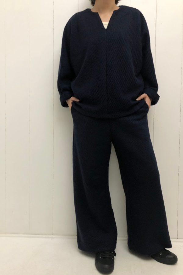 Vネックプルオーバー × イージーワイドパンツ set up style