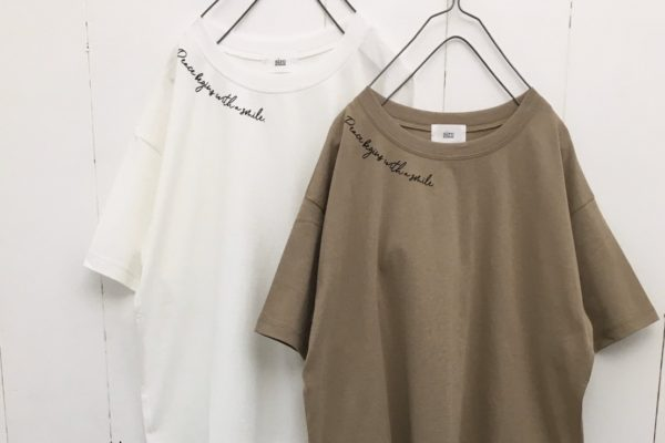 ネックロゴプリントTシャツ