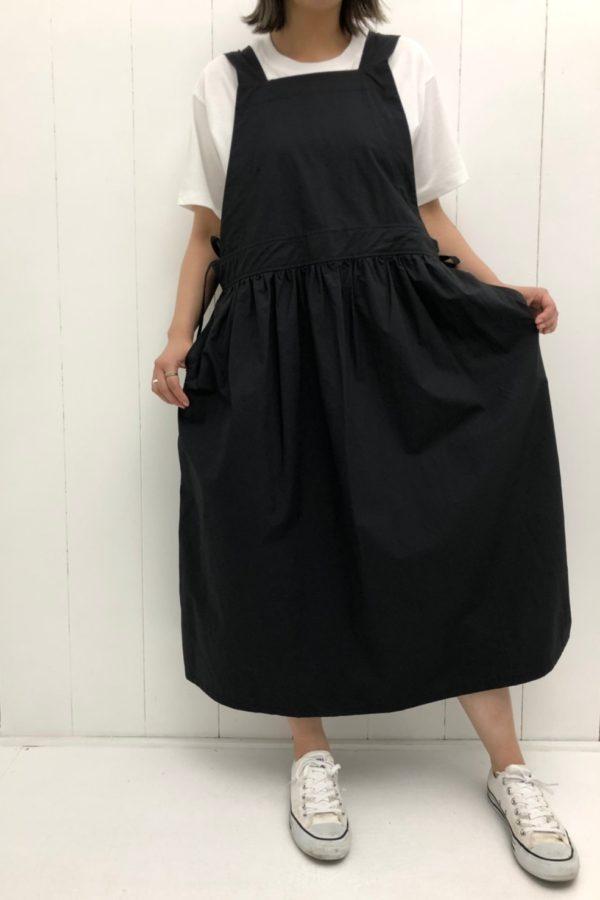 エプロンワンピース × ネックロゴプリントTシャツ style