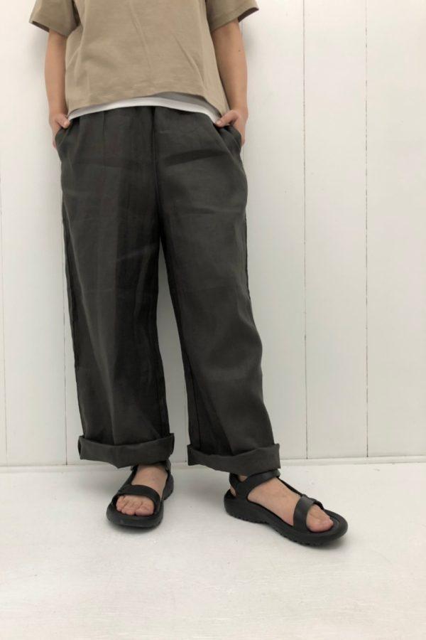 ネックロゴプリントTシャツ × フレンチリネン ワイドパンツ style