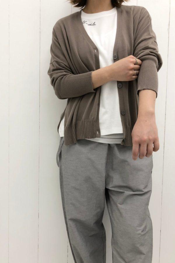 サイドスリットカーディガン × ネックロゴプリントTシャツ style