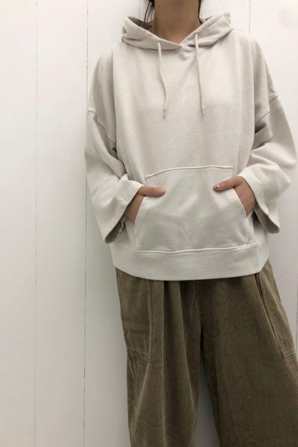 ピグメント裏毛 パーカー × 肩ヒモ付きバギーパンツ style