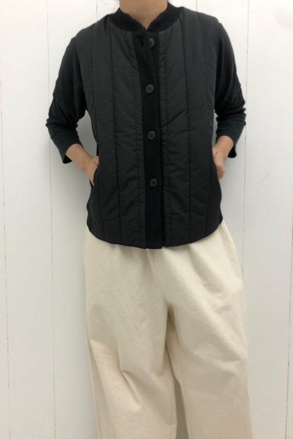 タテタテキルト×ニット切替 ベスト × DENIM VOLUME PANTS style